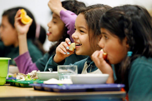 DOA_children_eating_food_school