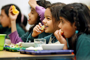children_eating_food_school
